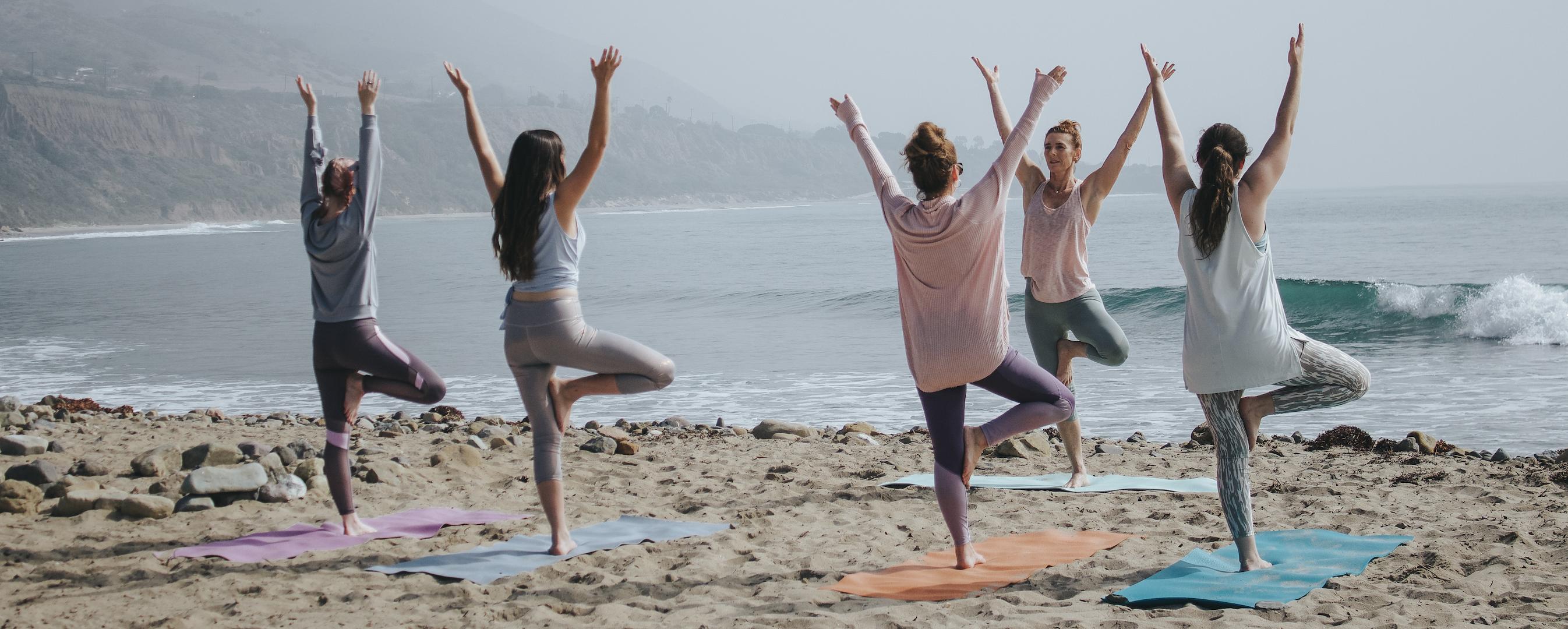 Personnes faisant du yoga